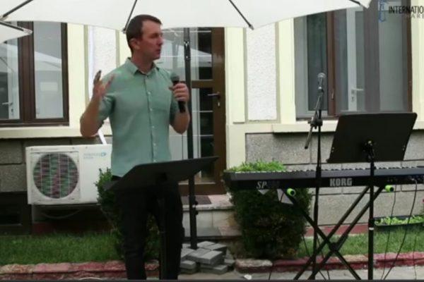 Stefan Coman speaking at R10