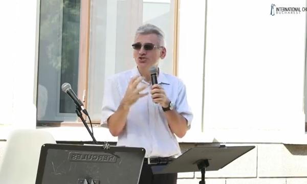 Pastor Cristi speaking at R10